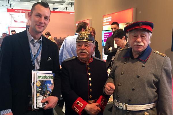 Wanderlust-Redakteur David Vinzentz (l.) mit zwei Berliner Originalen am Messestand von Berlin-Köpenick auf der Internationalen Tourismus-Börse (ITB).
